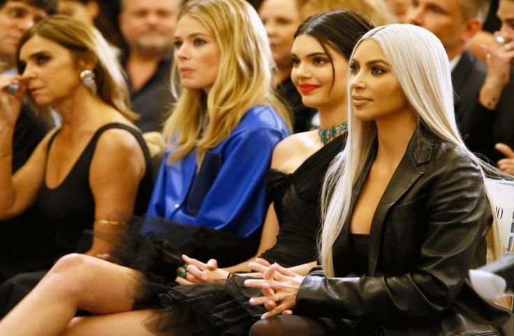 Olvida los leggings Kim Kardashian utilizó medias negras como pantalones