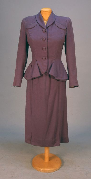 Suit by Hattie Carnegie, 1940s - love the hip detailing on the jacket. #vintage #1940s #fashion