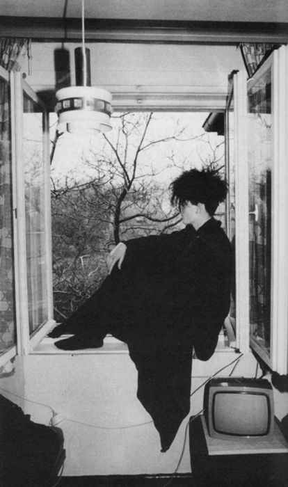 opiaten:      Goth in East Germany, late 1980s    This is such a Beautiful picture idk it just makes me Feel Good