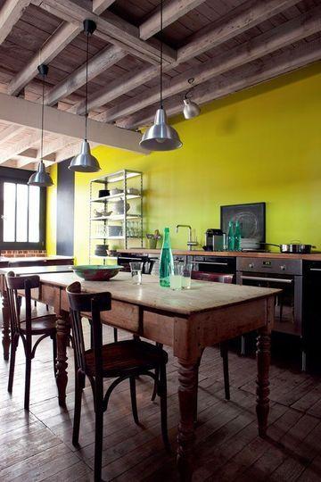 Cuisine Ikea, mur vert et chaises chinées - Un atelier rénové pour un couple - CôtéMaison.fr