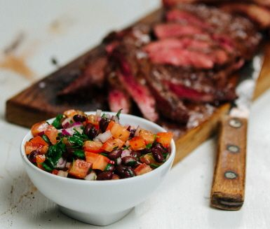 Salsa med svarta bönor som bas passar utmärkt till grillat kött av olika slag. Denna bönsala fyller munnen med tuffa och fräscha smaker av koriander, lime och rödlök som ger extra karaktär åt den grillade biffen.