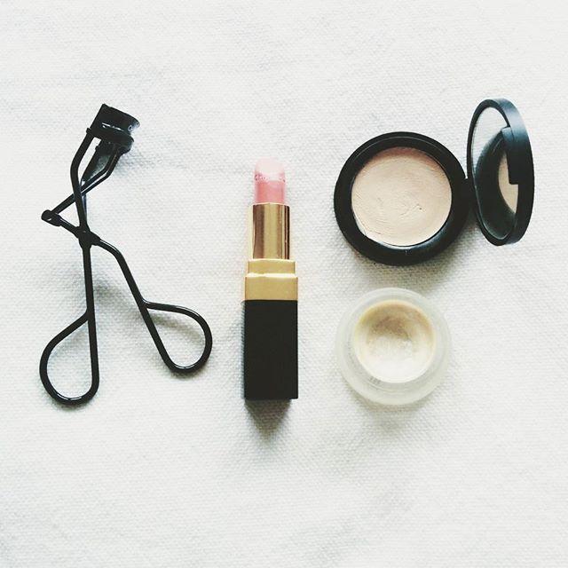 fotd. #bbloggers #fotd #motd #makeup #simplicity #chanel #lashcurler #lipstick #hirospacebalm #rmsbeauty #livingluminizer #itsorganicdontpanic #greenbeauty #beautyblogger_de #klischeebeauty
