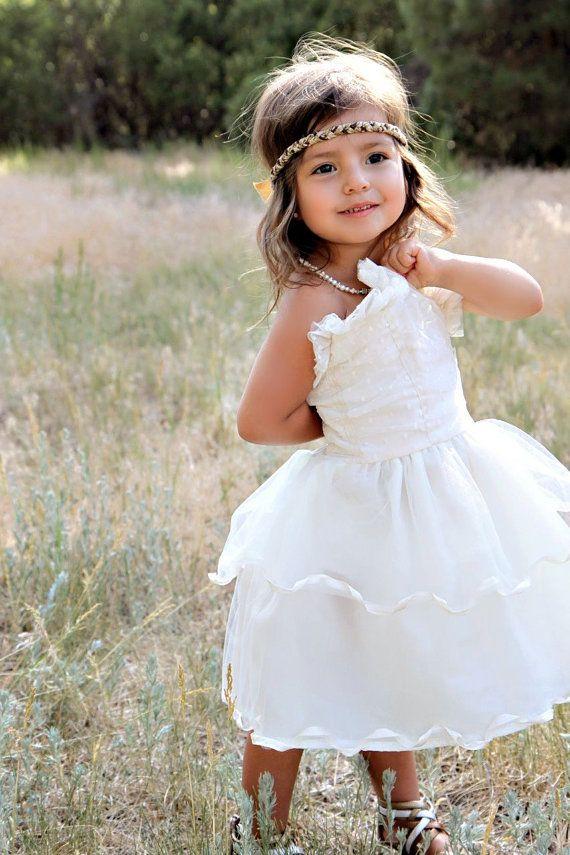 Cette élégante petite robe nest pas votre robe de princesse typique. Issu dun très doux Tulle et concepteur crêpe votre petite fille ne