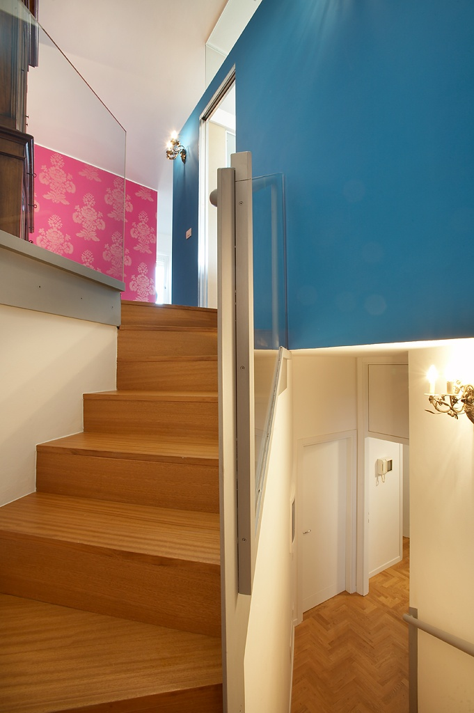 wood, glass and iron for a colourfull and sophisticated residence