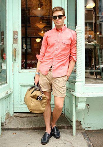 【夏】ピンクシャツ×白ショーツ×こげ茶ローファーの着こなし(メンズ)   Italy Web