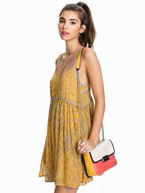 Dress Periscopes - Free People - Mustard - Sukienki - Odzież - Kobieta - Nelly.com