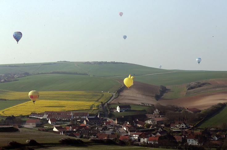 Magnifique spectacle de montgolfières autour du cap Blanc-Nez ce vendredi matin. Elles étaient une centaine à traverser la Manche depuis Douvres pour é tablier un nouveau record du monde. Photo Jean-Pierre Brunet #lavoixdunord #nordpasdecalais #hautsdefrance