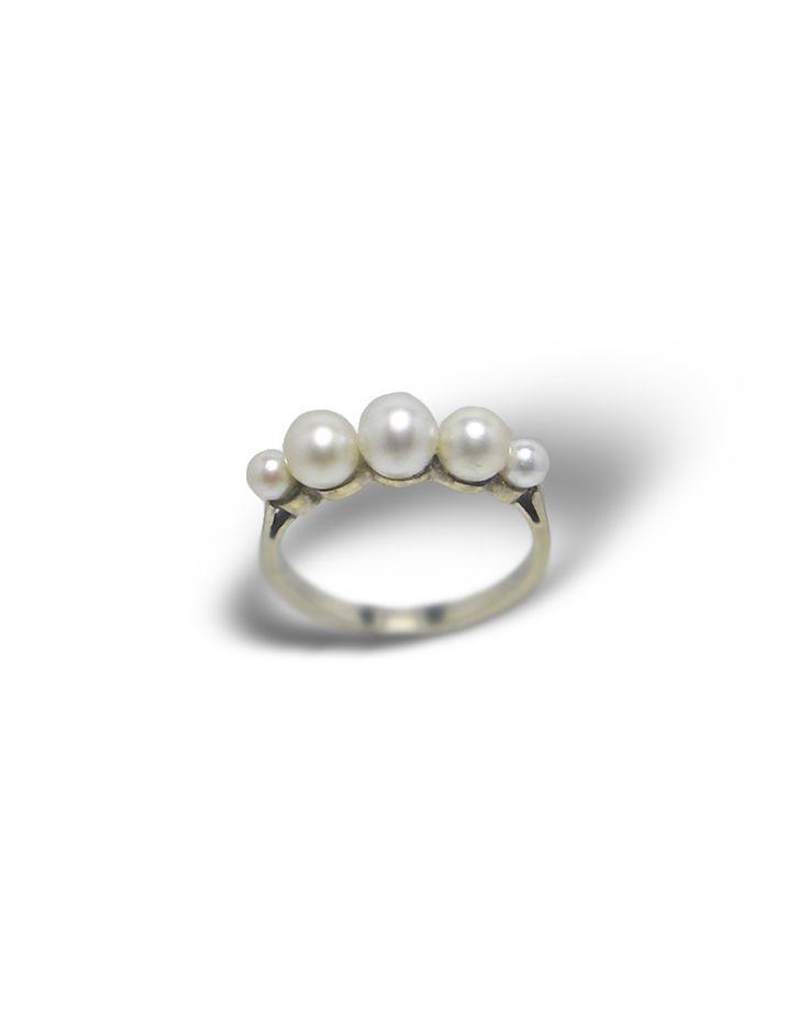 Monture or blanc 750 millièmes 5 perles imitation en chute Poids total : 2,70g Taille de doigt initiale : 53 possibilité de mise à taille du 51 au 55 forfait mise à taille : 19€ diamètre perle centre : 5mm