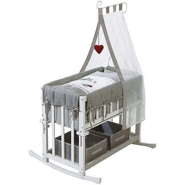 """Das Beistellbettchen """"Adam & Eule"""" von Roba kommt komplett ausgestattet mit Stoffboxen, Bettwäsche, Matratze, Himmel und Himmelsstange. Es ist ein kleines Multitalent und vielseitig nutzbar:<br /> <br /> 1. BEISTELLBETTCHEN<br /> Besonders praktisch ist die Funktion als Beistellbettchen. Dazu wird die Stoffseite gelöst und das Bettchen (stufenlos höhenverstellbar) auf Höhe des Elternbettes eingestellt. Über 2 Winkel lässt sich das Bettchen am Elternbett ei..."""