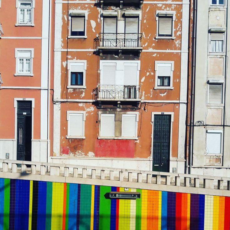 United Colours & Styles of Lisbon. #colourfullisbon #stylemixture #artedeco #modernism #lisbon #architecture #publicart #eduardonery #lisbontailoredtours #lisbonwithpats