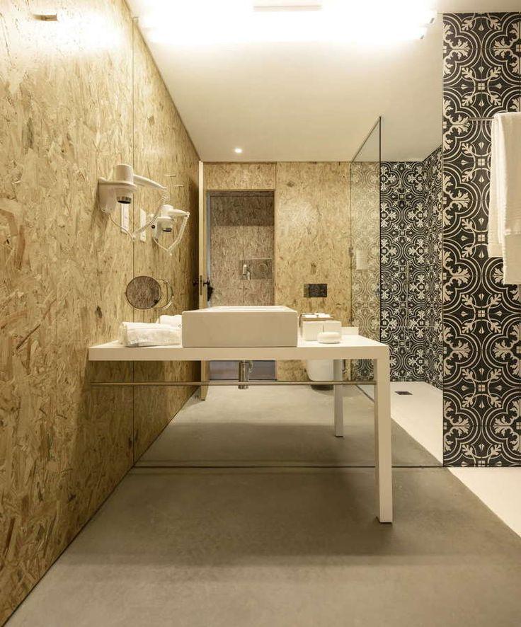 banheiro com painel de OSB