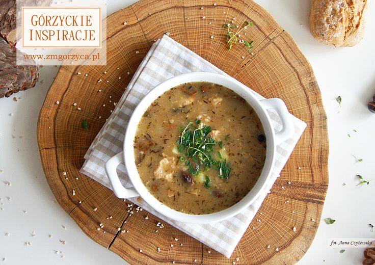 Jesienne i zimowe zupy są zazwyczaj bardzo treściwe i aromatyczne. Zupa z kaszą jęczmienną, suszonymi grzybami, szalotką i tymiankiem znajdzie wielu amatorów http://zmgorzyca.pl/index.php/pl/kulinarny/zupy/427-zupa-z-kasza-i-grzybami