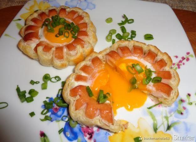 Kwiat z ciasta, parówki i jajka.
