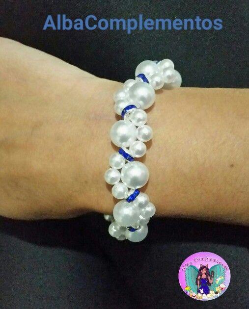 Pulsera de perlas con detalles azules #hechoamano en #AlbaComplementos #pulsera #perlas #handmade #bisutería #accesorios #complementos #jewelry