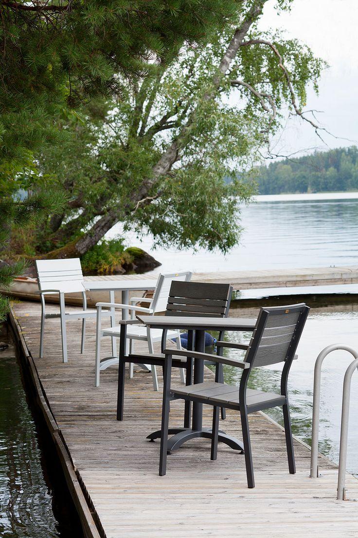 Laituri-sarjan pienin 70x70 cm pöytä sopii myös parvekkeelle.