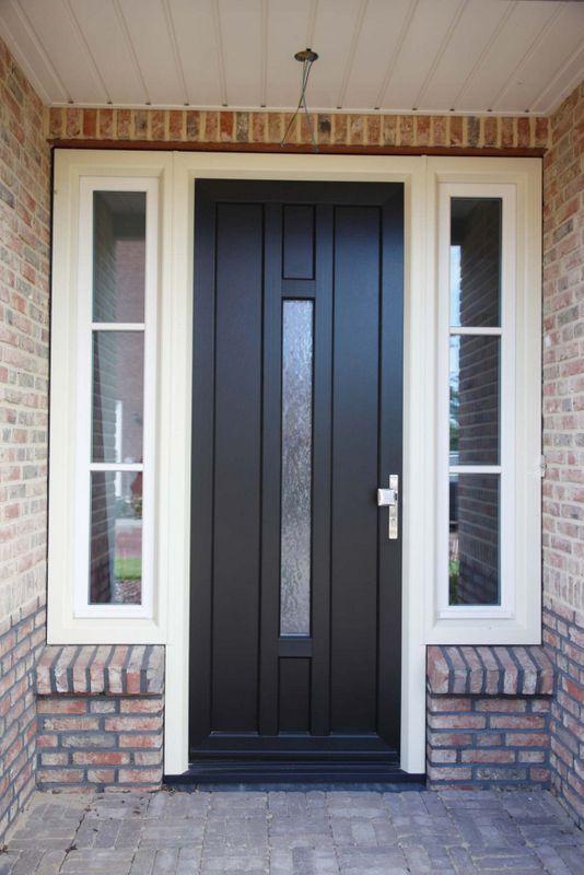 Een donkere kunststof voordeur met twee kunststof zijramen geplaatst door Benitech Kozijnen, zoek voor meer tips en designs op https://nl.pinterest.com/benitechk/