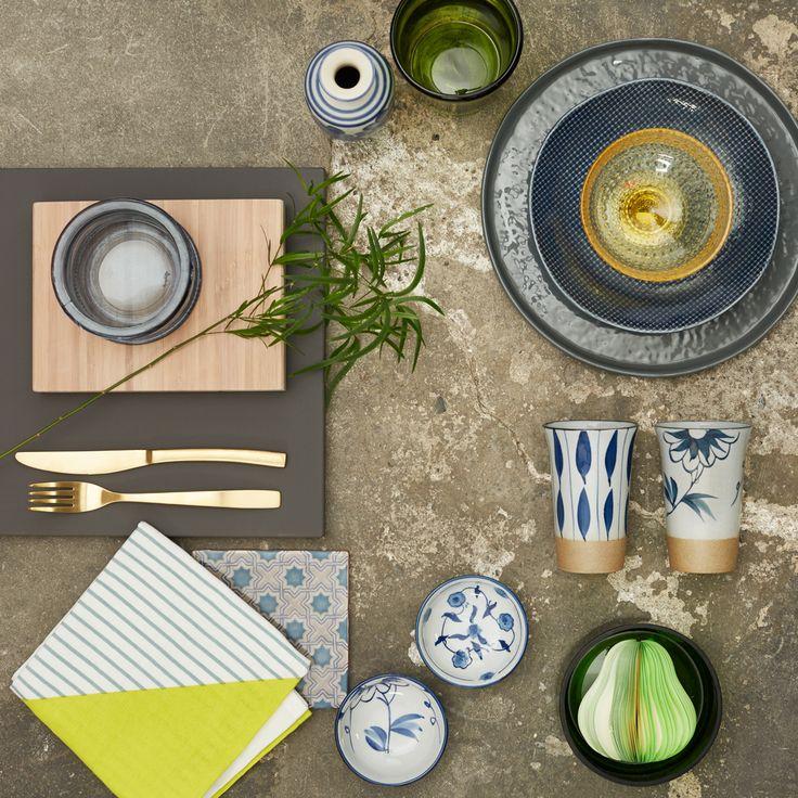 Spring ud i kontrasterne og giv dit køkken personlighed. Miks mønstre og materialer på kryds og tværs, men hold dig til samme farvenuance, så er du sikker på en flot helhed. Se stylistens favoritter og skab selv stilen med JKE Designs nyhed Pisa Silky, Dark Grey.