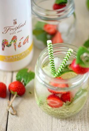 Bekijk de foto van EefKooktZo met als titel Een heerlijke zomerse cocktail: witte sangria met aardbei, munt en limoen! Trakteer vrienden of familie eens op dit heerlijke drankje tijdens de BBQ of een avondje borrelen. Proost! (Recept via BRON) en andere inspirerende plaatjes op Welke.nl.