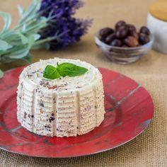 Aprende a preparar queso fresco vegano con la ingeniosa quesera de Lékué. Podrás darle tu toque personal, con hierbas aromáticas y otros ingredientes.