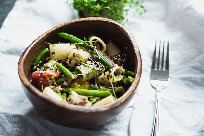 RECEPT: Těstovinový salát s tuňákem, fazolovými lusky a sezamem