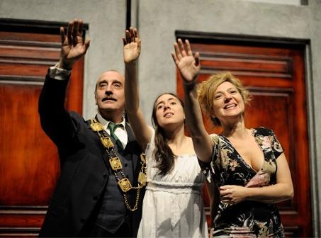 El Inspector, de Nikolái Gógol, en el Teatro Valle-Inclán, dirigida por Miguel del Arco y protagonizada por Gonzalo de Castro. Hasta el 16 de junio