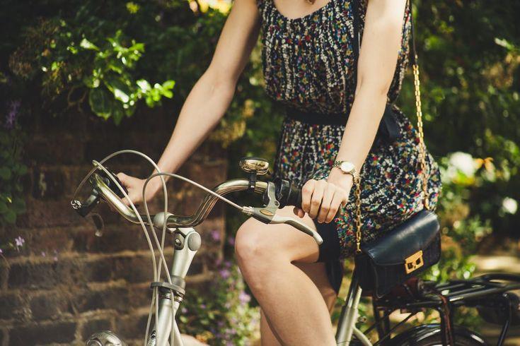 Sukienki jedne z najbardziej uniwersalnych części kobiecej garderoby, idealnie nadają się na różne okazje dla pań w różnym wieku np. spacer, spotkanie z przyjaciółmi, różnego rodzaju przyjęcia oraz imprezy okolicznościowe, a także wiele innych. Przykładów dla których warte je wybrać można by... http://popisane.pl/sukienki-w-sklepie-online-oraz-komfortowe-baleriny/