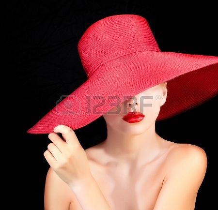 ritratto di donna attraente nel cappello rosso con le labbra rosse photo