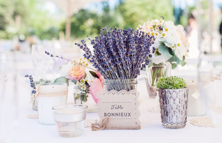 Свадьба в стиле прованс – это сама Франция! Запах лаванды, изящная и потертая мебель, домашние вино и сыры. Об особенностях этой романтичной стилистики.