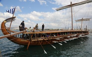 Kids sailing in a ... Trireme!  Τα παιδιά σαλπάρουν από τον Φλοίσβο με μια αληθινή Τριήρη!