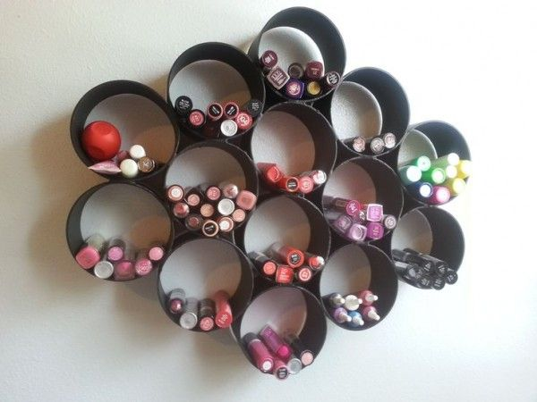 Étagère DIY pour le rangement du maquillage avec des tubes PVC  http://www.homelisty.com/rangement-maquillage/