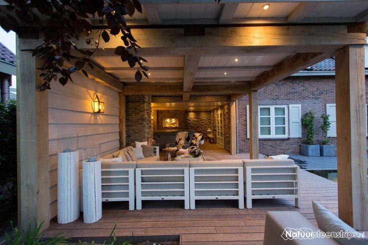 Modern, sfeervol en landelijk ingerichte veranda. Met Geopietra wandbekleding.