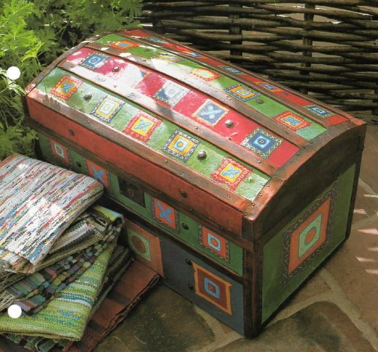 Cómo renovar un baúl de madera- Paint an old trunk then add colorful squares like a quilt block to decorate it. Very pretty