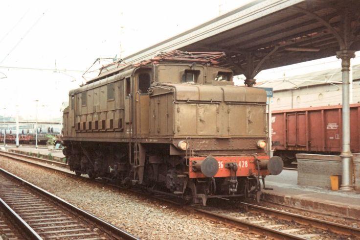 Ultimi servizi regolari per il gruppo E626, prime locomotive FS in corrente continua. La E626 428 a Sestri Ponente (Genova) nell'aprile del 1994 - (Foto: Riccardo Genova)