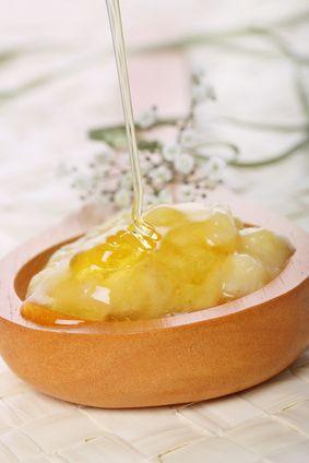 Masque cheveux sec : banane et/ou avocat + miel + huile (olive/coco) + ajouter 2 gouttes d'HE d'ylang-ylang