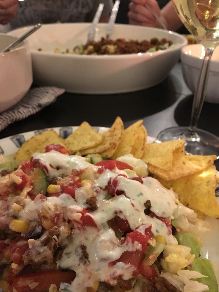 Meksikolainen salaatti - jäävuorisalaattia, kurkkua, tomaattia, paahdettua paprikaa, purkkimaissia, taco-maustettua jauhelihaa ja sipulia, lämmitettyjä nachoja, salsaa, valkosipulidippiä