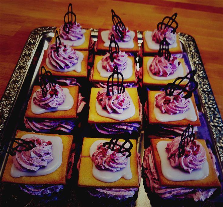 Lækker medalje inspireret kage med midte af chokolade smørcreme med cognac og brombær flødeskum 😋😋😋😋😋