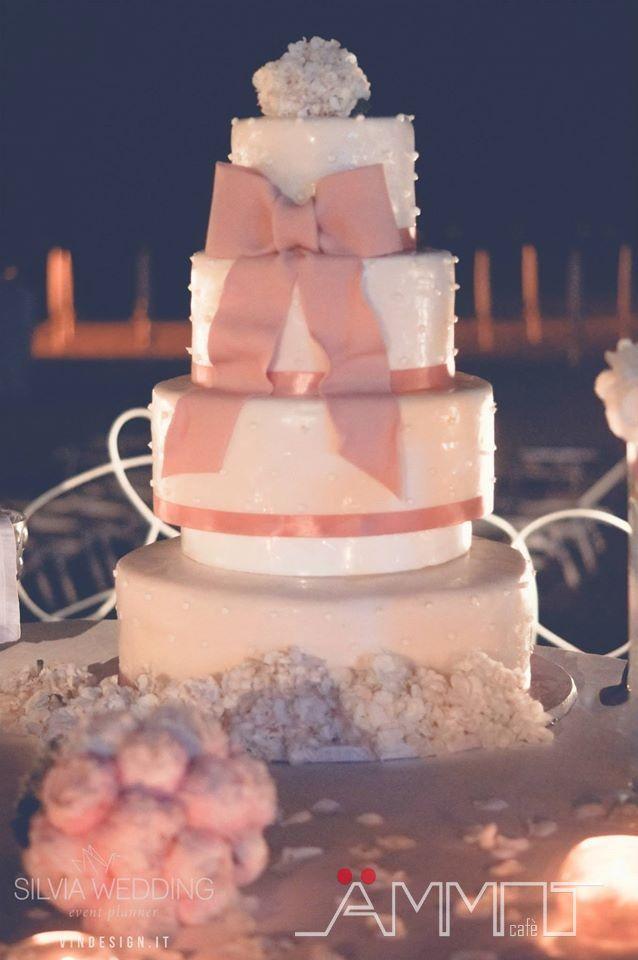 L'arrivo della torta nuziale è uno dei momenti più attesi di un matrimonio in spiaggia in Campania. La torta nuziale rappresenta il punto massimo dei