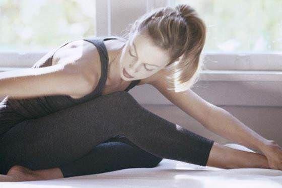 É de extrema importância fazer alongamentos antes e depois das atividades físicas Eles aumentam ou mantêm a flexibilidade dos músculos Confira aqui os efeitos do alongamento e estique-se - Veja mais em: http://www.maisequilibrio.com.br/fitness/qual-a-importancia-de-fazer-alongamentos-3-1-2-71.html?pinterest-mat