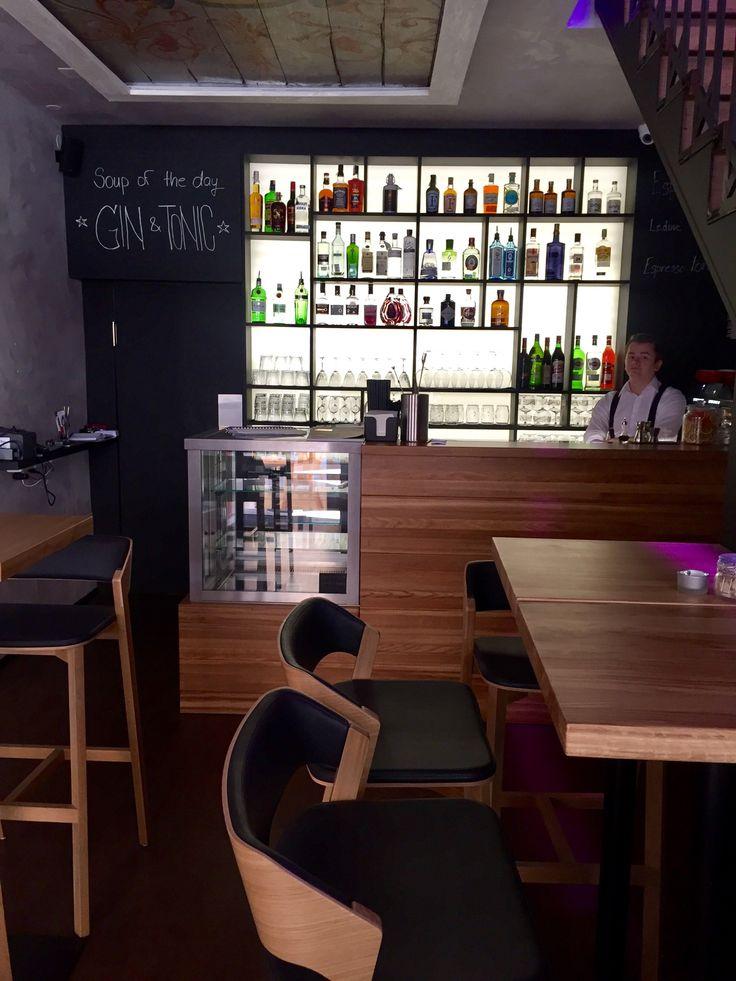 Kavárna přes den, v noci bar! great cakes, drinks, heated garden
