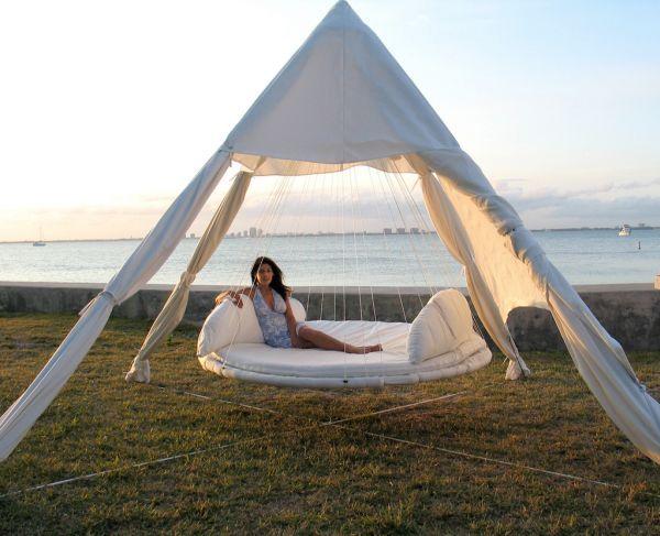 tente blanche avec un lit hamac