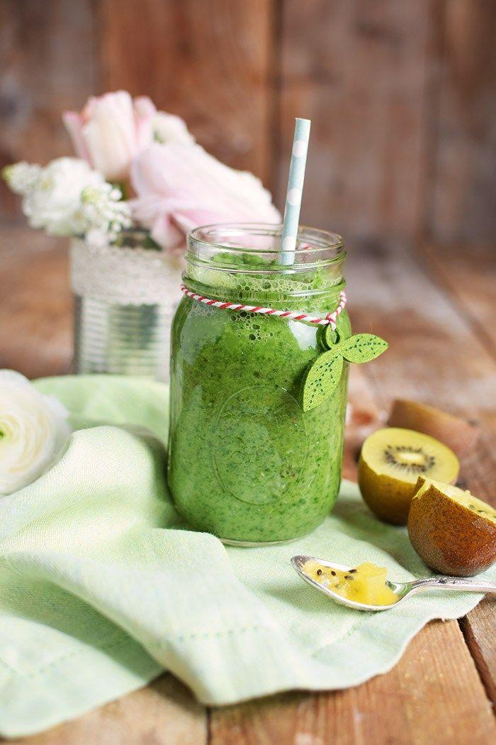 Green Smoothie mit Spinat , Kiwi und Apfel