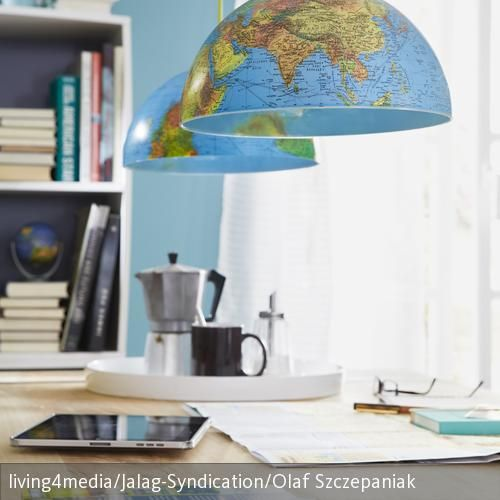 Tolle DIY-Idee: Ein ausrangierter Globus wurde hier zur dekorativen Hängeleuchte umfunktioniert. Die Umsetzung ist denkbar einfach: Den Globus halbieren und  …