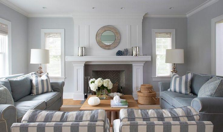 Soggiorno con pareti in grigio chiaro. Molto elegante