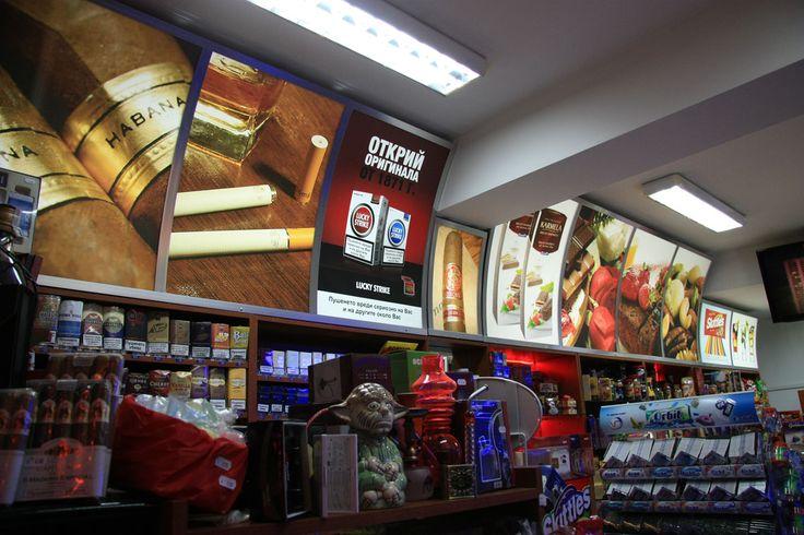 Рекламните светещи табели за магазин Non-Stop Tabac, град Пловдив, са изработени от система алуминиеви профили. Табелите за магазина са с идеален външен вид, фини и елегантни, благодарение на алуминиевата система с винил. За да бъдат по-атрактивни за клиентите на магазина, светещите табели са с интересен дизайн – големи пълноцветни изображения, привличащи погледа.