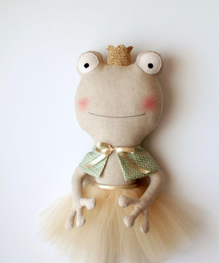 De kikker prinses. Ballerina pop. Knuffeldier met een tutu, de Kaap en de gouden kroon. RAG poppen. De ideeën van de gift voor meisjes. Kinderkamer decoratie. door blita op Etsy https://www.etsy.com/nl/listing/292280323/de-kikker-prinses-ballerina-pop