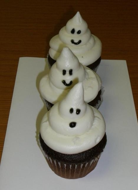 Ghost cakes for halloween. - Click image to find more Holidays & Events Pinterest pins: Holidays Events, Events Pinterest, Cakes Cupcakes, Ghosts Cupcakes, Cupcakes 33, Halloween Cupcakes, Ghosts Cakes, Halloween Ghosts, Cupcakes Pictures