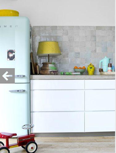 keuken strak wit met grijze blad. Maakt minder hard.