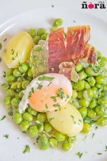 Guisantes con habas, patata, huevo y jamón