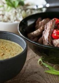 Massamancurry met wilde rijst Voor 4 personen:   + 6 el Thai Green Curry-kruiden   + 400 g biefstuk   + 1 rode peper   + 2 bosui   + 200 g wilde rijst   + 1 blik kokosmelk   + 1 teen knoflook   + 1 sjalot   + 2 el olijfolie