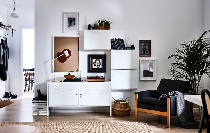 Modernes Wohnzimmer, in dem an einer Wand drei TRONES Aufbewahrungen in Weiß als Blickfang platziert sind